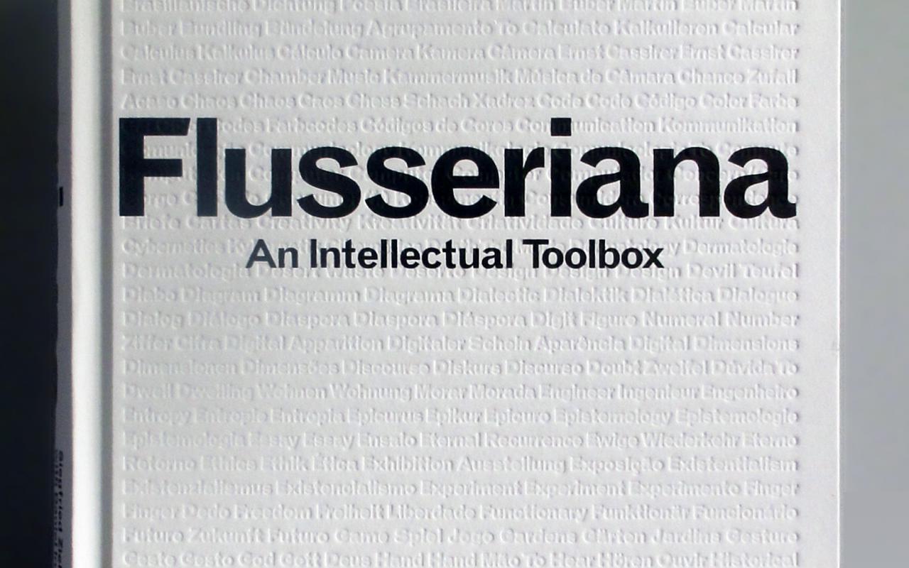 Cover der Publikation »Flusseriana«. Die Begriffe des Glossars sind auf dem weißen Cover als Tiefdruck sichtbar.