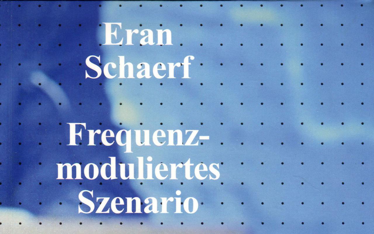 Cover der Publikation »Frequenzmoduliertes Szenario«: schwarze Silhouette dreier Personen vor blauem Hintergrund