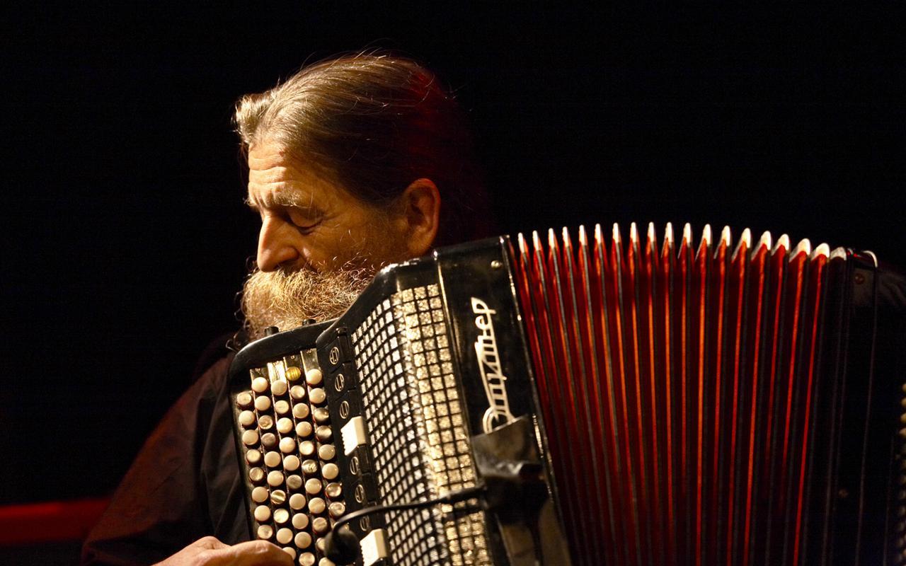 Ein Mann spielt ein Akkordeon
