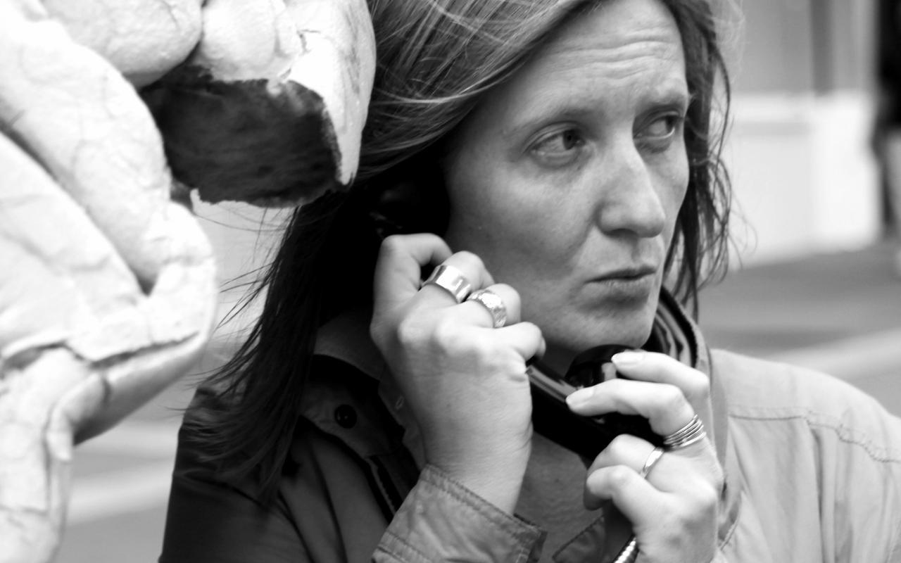 Ein schwarz-weiß Bild einer Frau, die ein Schnurtelefon hält