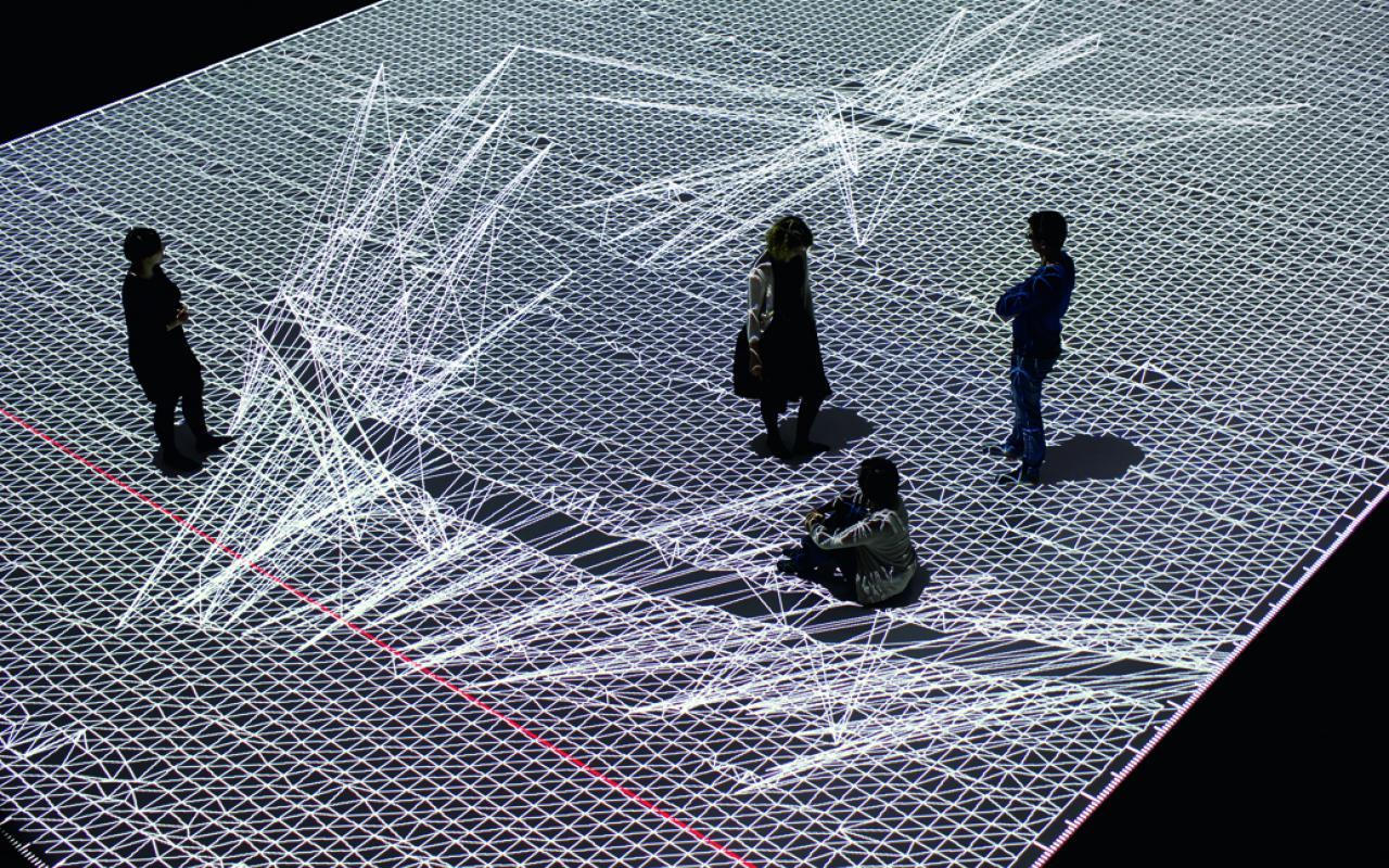 Vier Menschen auf einer riesigen Datenmatrix