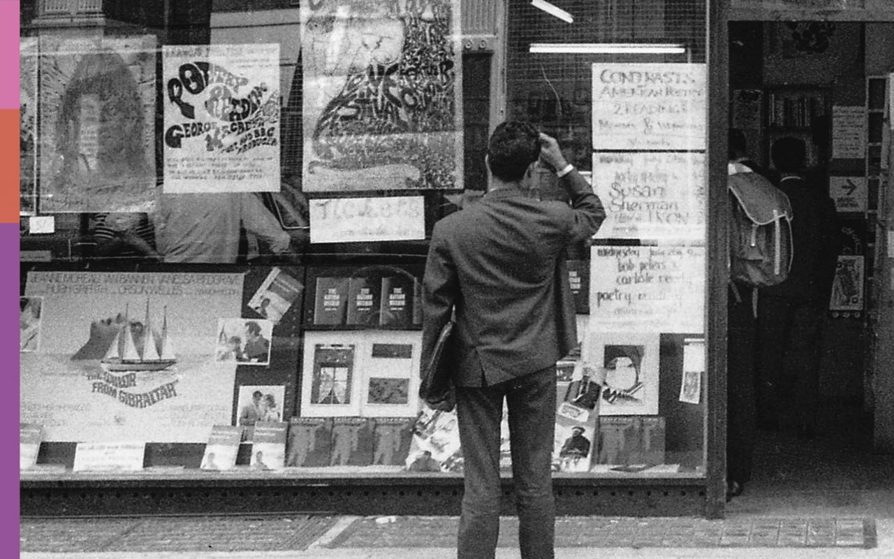 Ein Mann steht vor dem Schaufenster des Buchladen Better Books.
