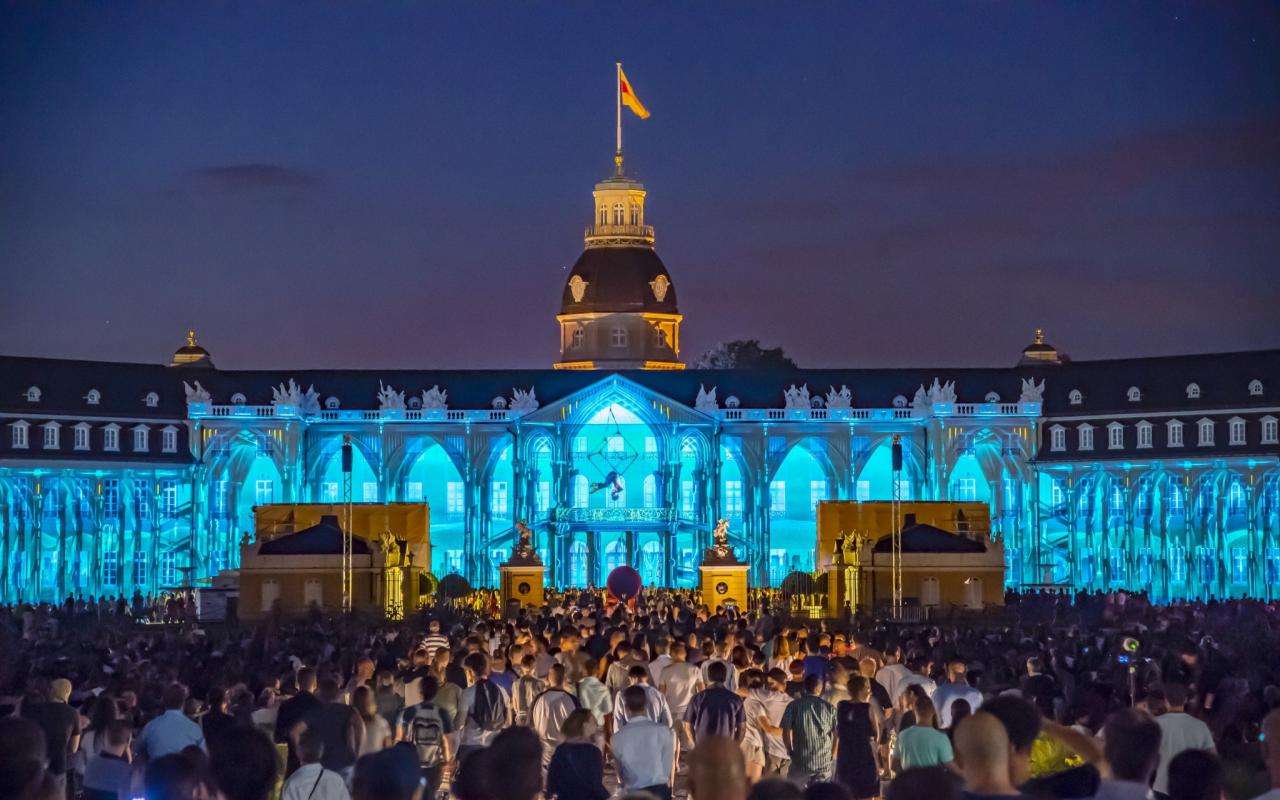 Das Karlsruher Schloss erstrahlt in Projection Mappings