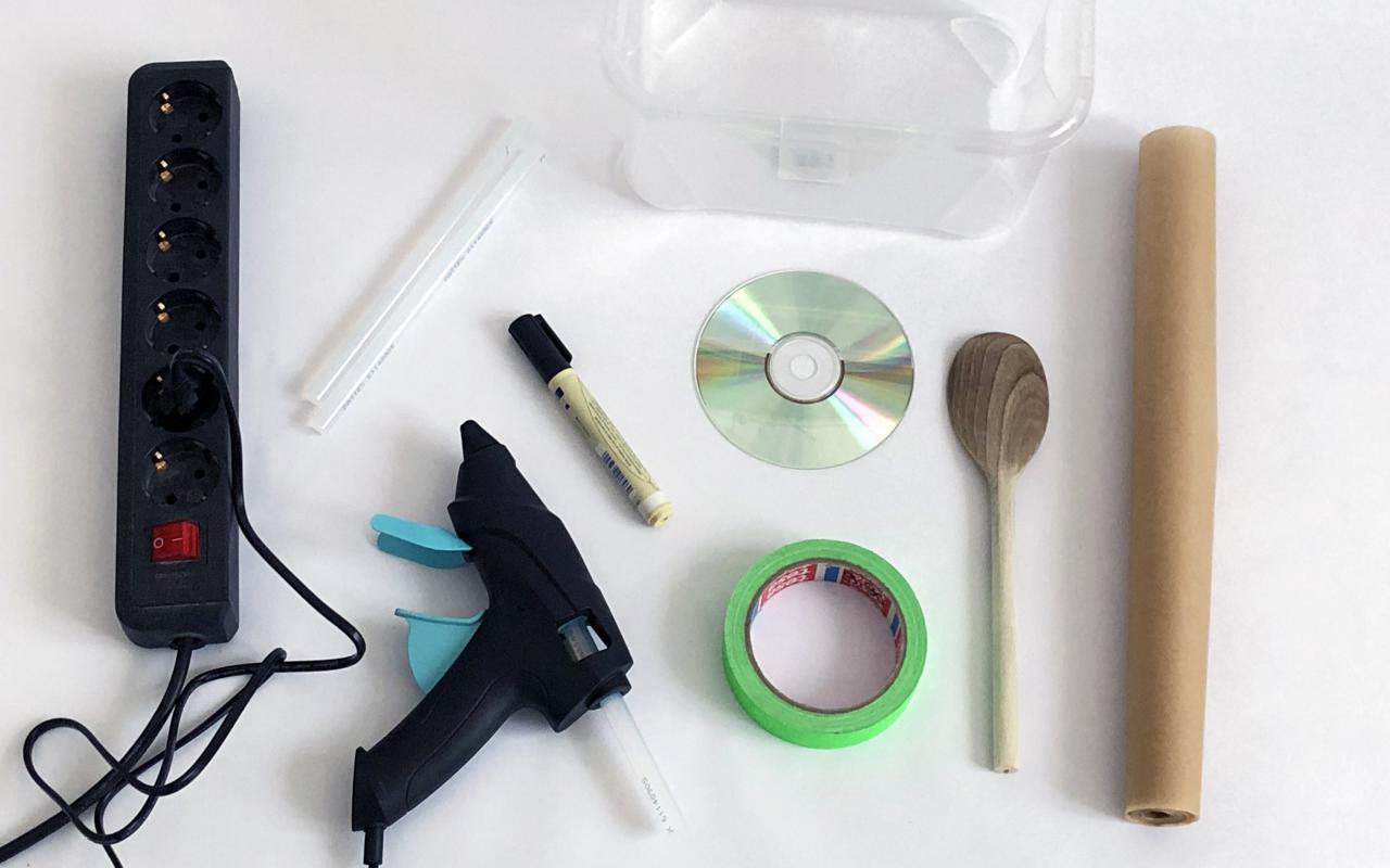 Alles was du zum basteln einer CD-Seifenblasenmaschine brauchst.