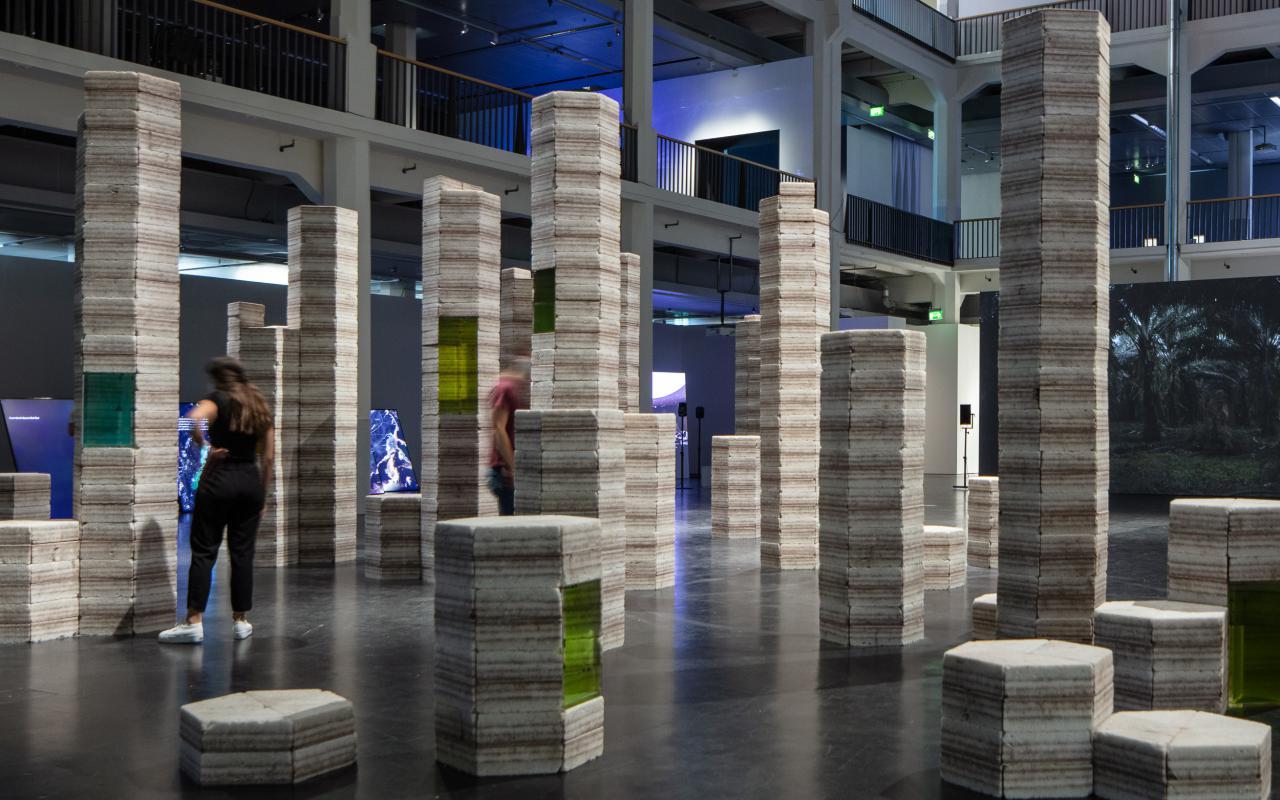 Zu sehen sind Säulen aus Salz und die daraus resultierende Lithium-Sole aus dem Salar de Uyuni.