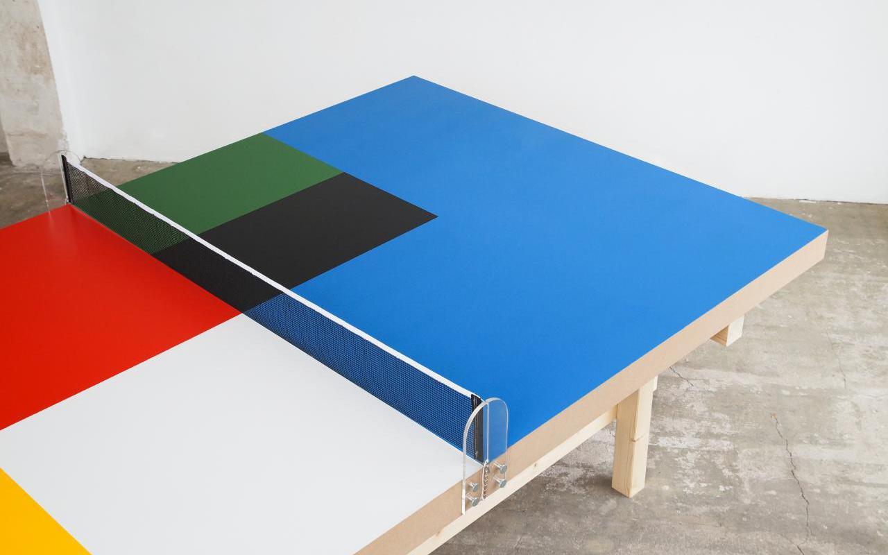 Tischtennisplatte mit bunten Farbfeldern
