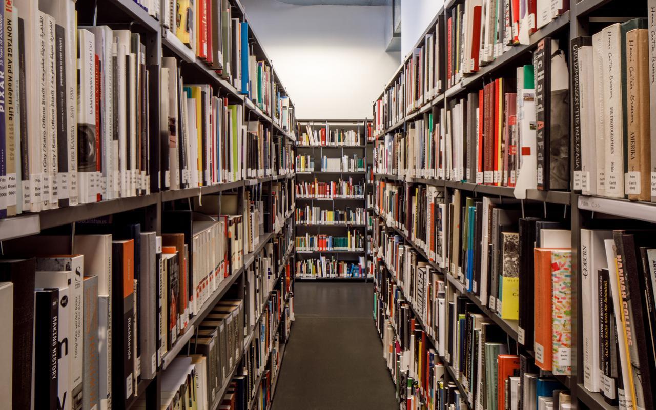 Zu sehen sind viele Regale, gefüllt mit Büchern.