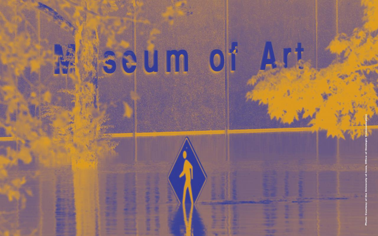"""Farblich verfremdetes Foto einer überschwemmten Straße. Aus dem Wasser ragt ein Straßenschild mit einer rennenden Person darauf. Auf dem Gebäude im Hintergrund steht """"Museum of Art""""."""