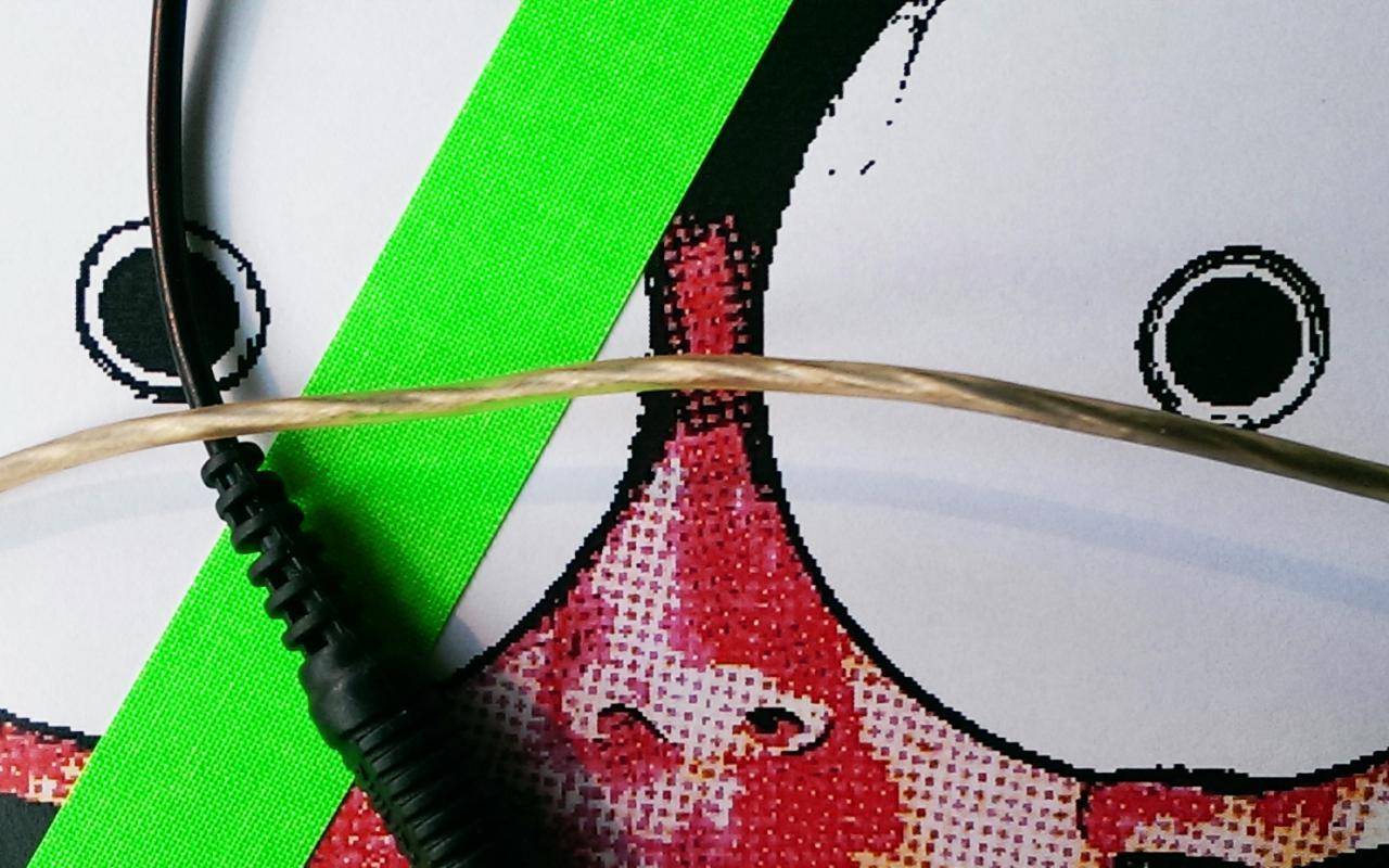 Elektrokabel führen über ein verpixeltes Bild eines Gesichts. Vom Gesicht ist nur die Nase zu erkennen, anstelle von Augen sind zwei CDs getreten. Zwei Neongrüne Streifen sind diagonal und senkrecht über die Bildfläche gelegt.