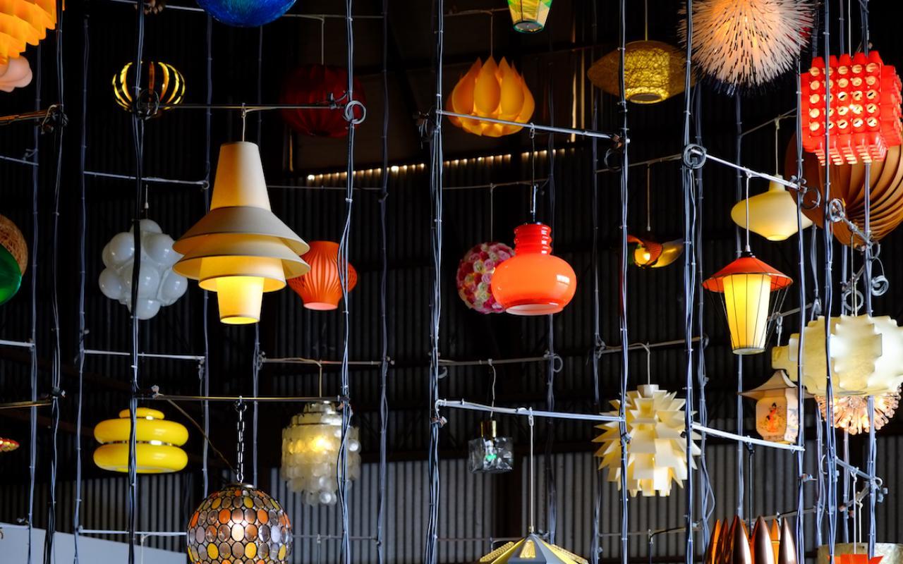 Das Foto zeigt verschiedene von der Decke hängende Lampen