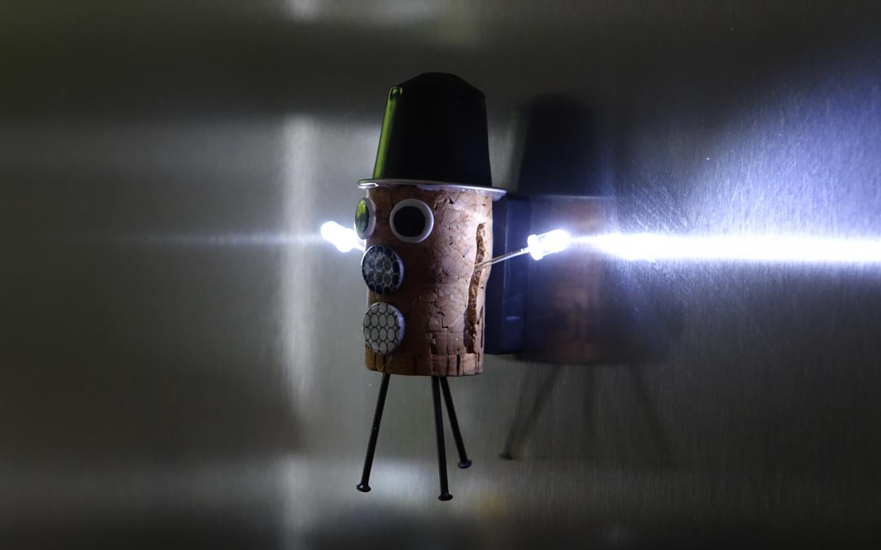 Fantasiefigur hängt mit LEDs am Kühlschrank