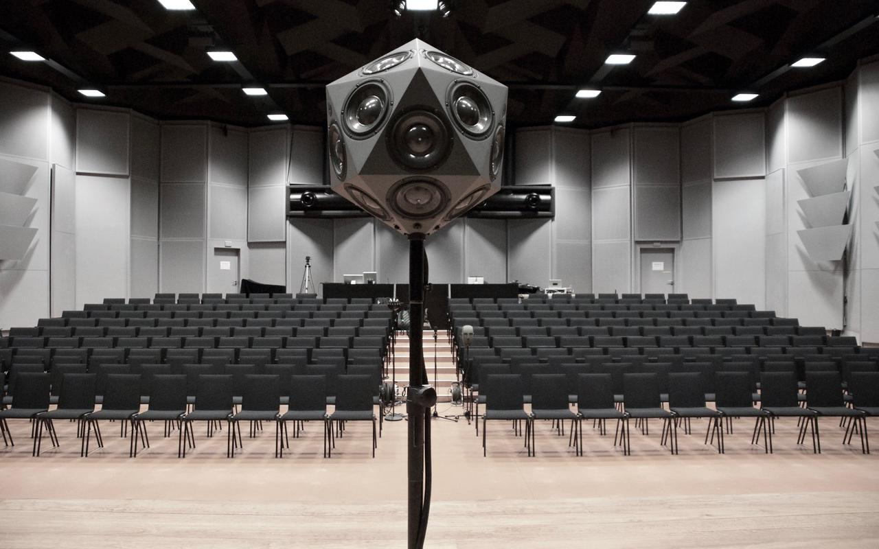 Empty lecture hall with IKOsaeder loudspeaker.