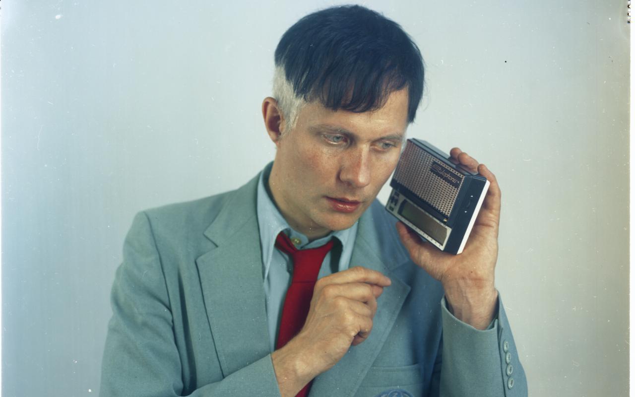 Ein Foto von Felix Kubin in grau-blauem Anzug mit roter Krawatte.