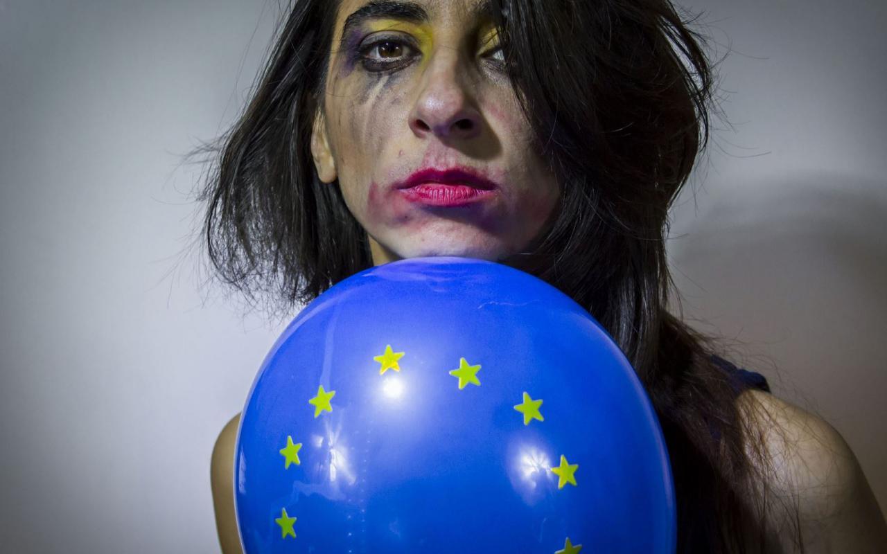 Gesicht einer Frau mit verwischtem Make-Up und Europa-Luftballon