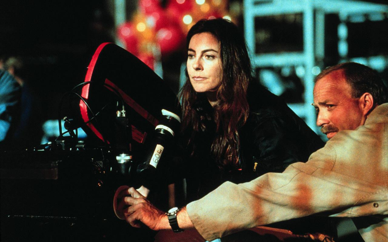 Kathryn Bigelow steht am Set von »Strange Days« (1995) hinter der Kamera.