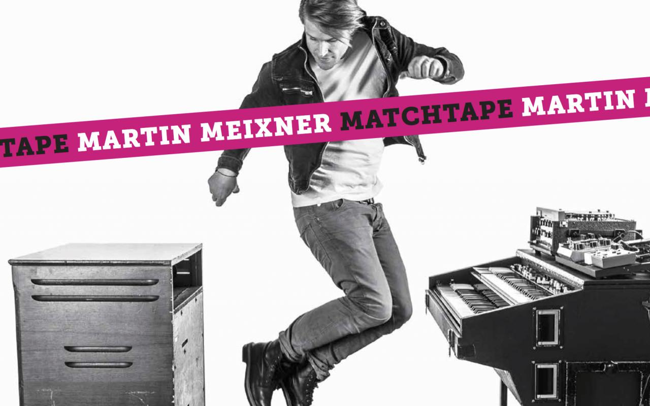 Das Foto zeigt Martin Meixner hüpfend in schwarz/weiß