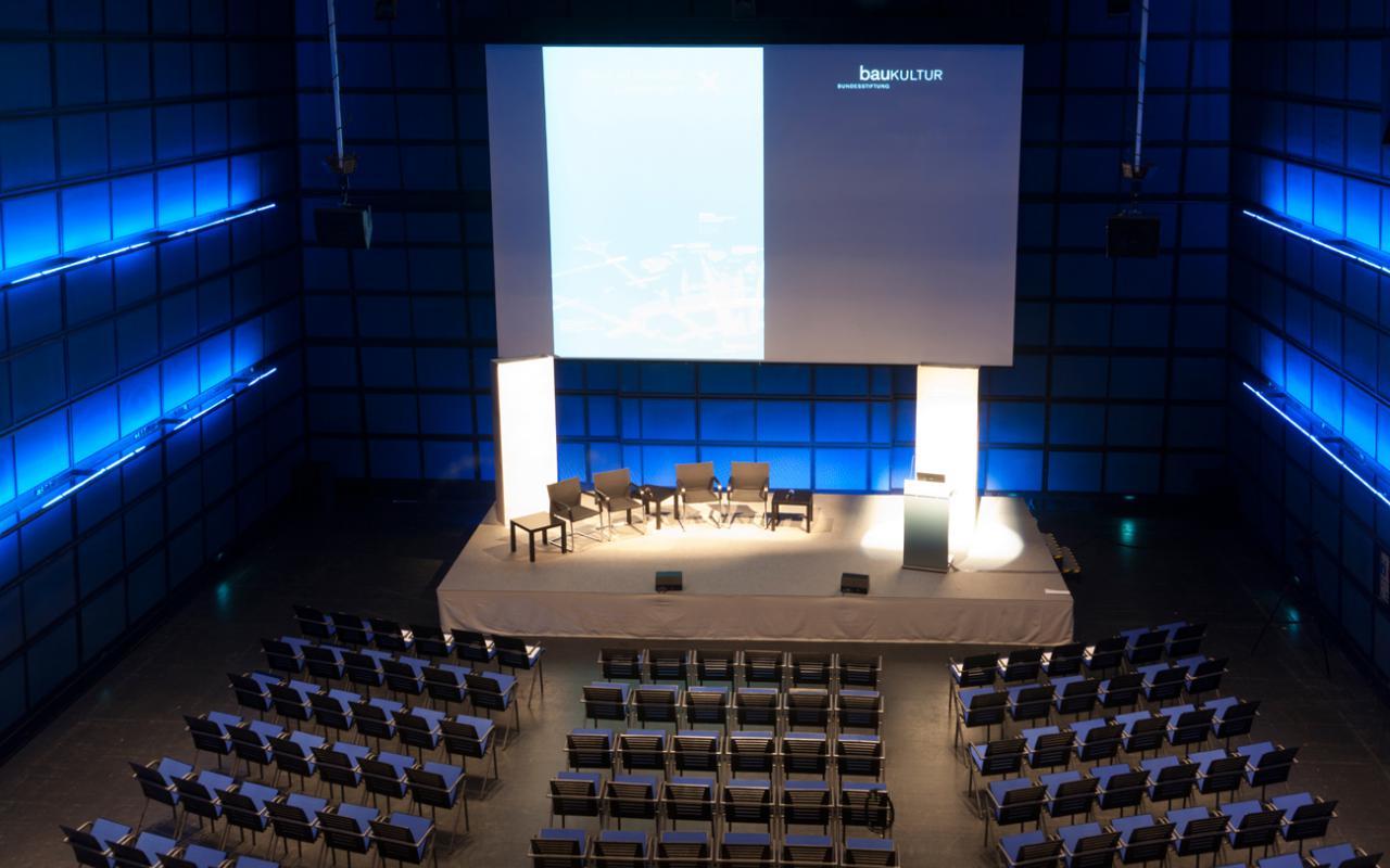 Blick auf das Publikum und auf die Bühne