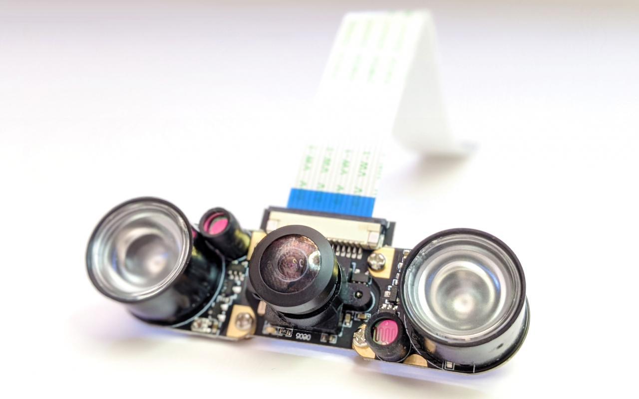Foto einer Platine mit optischen Linsen und Kabel – die Augen des Roboters ODO