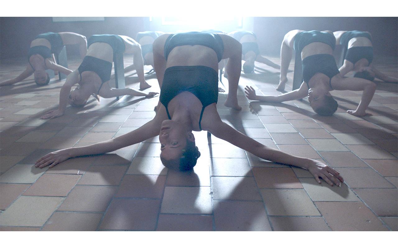 Frauen bei einer Tanzperformance