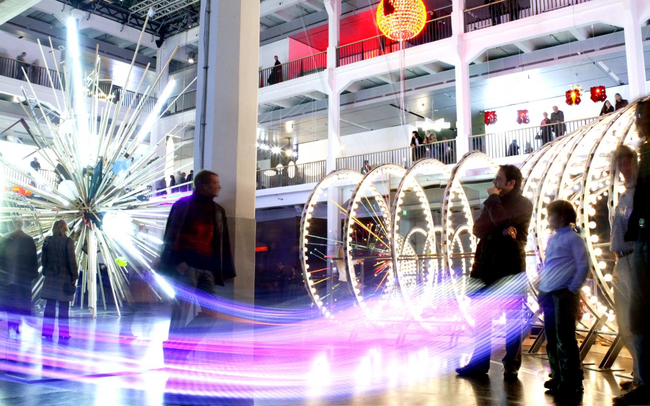 Podcastplakat für ZKM Ausstellungen: Lichtinstallationen im Foyer