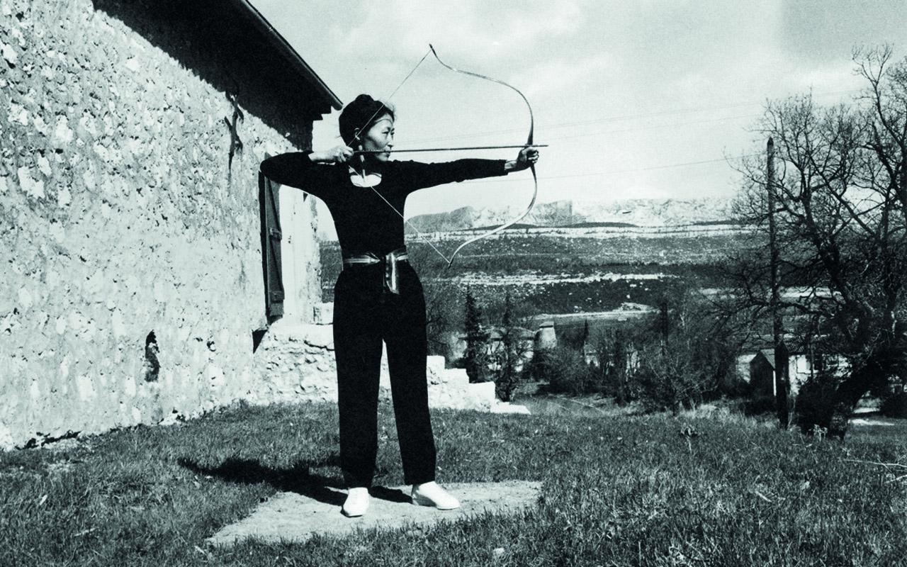 Soun-Gui Kim mit Pfeil und Bogen, schwarz-weiß