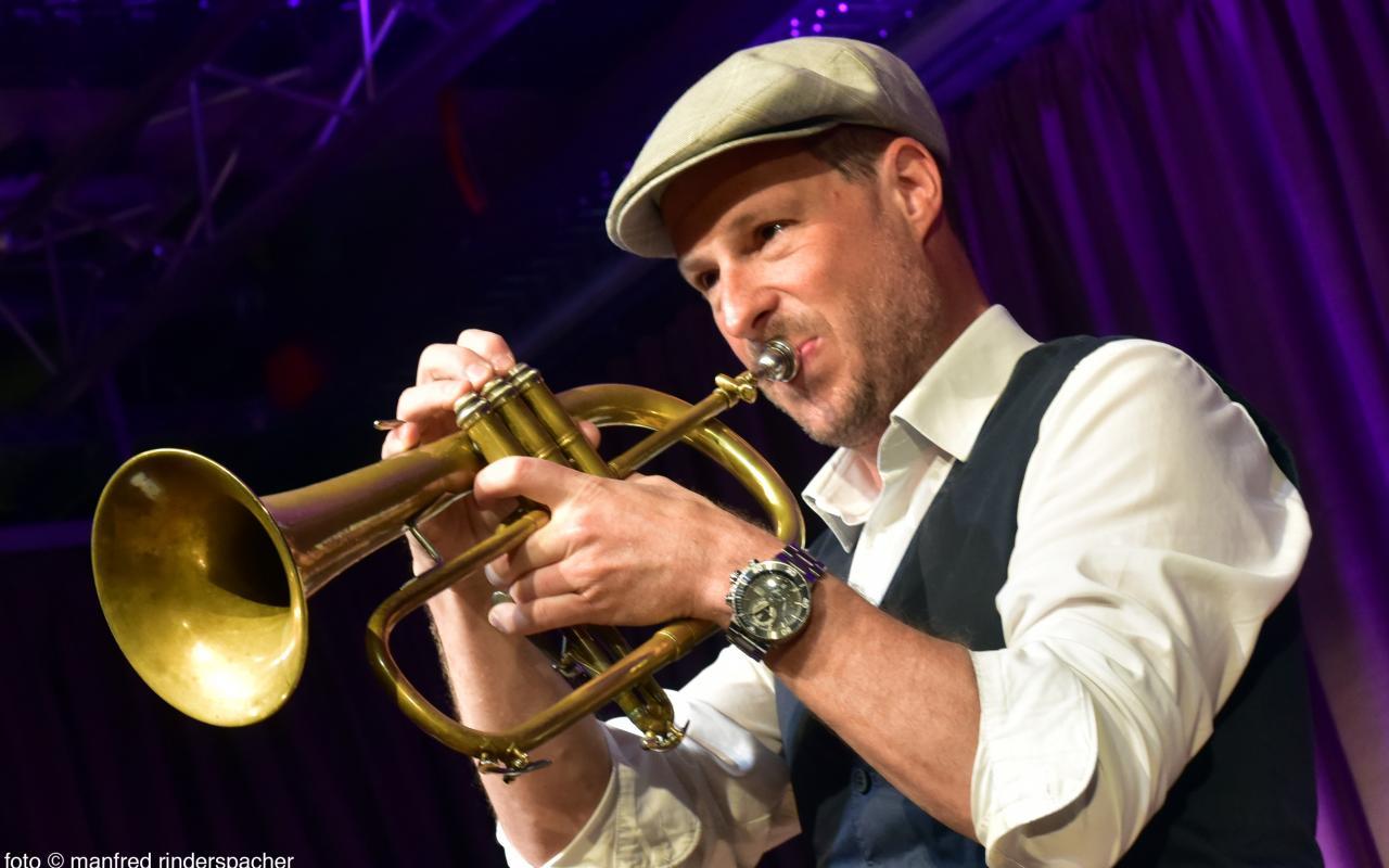 Zu sehen ist Thomas Siffling beim Spielen seiner Trompete