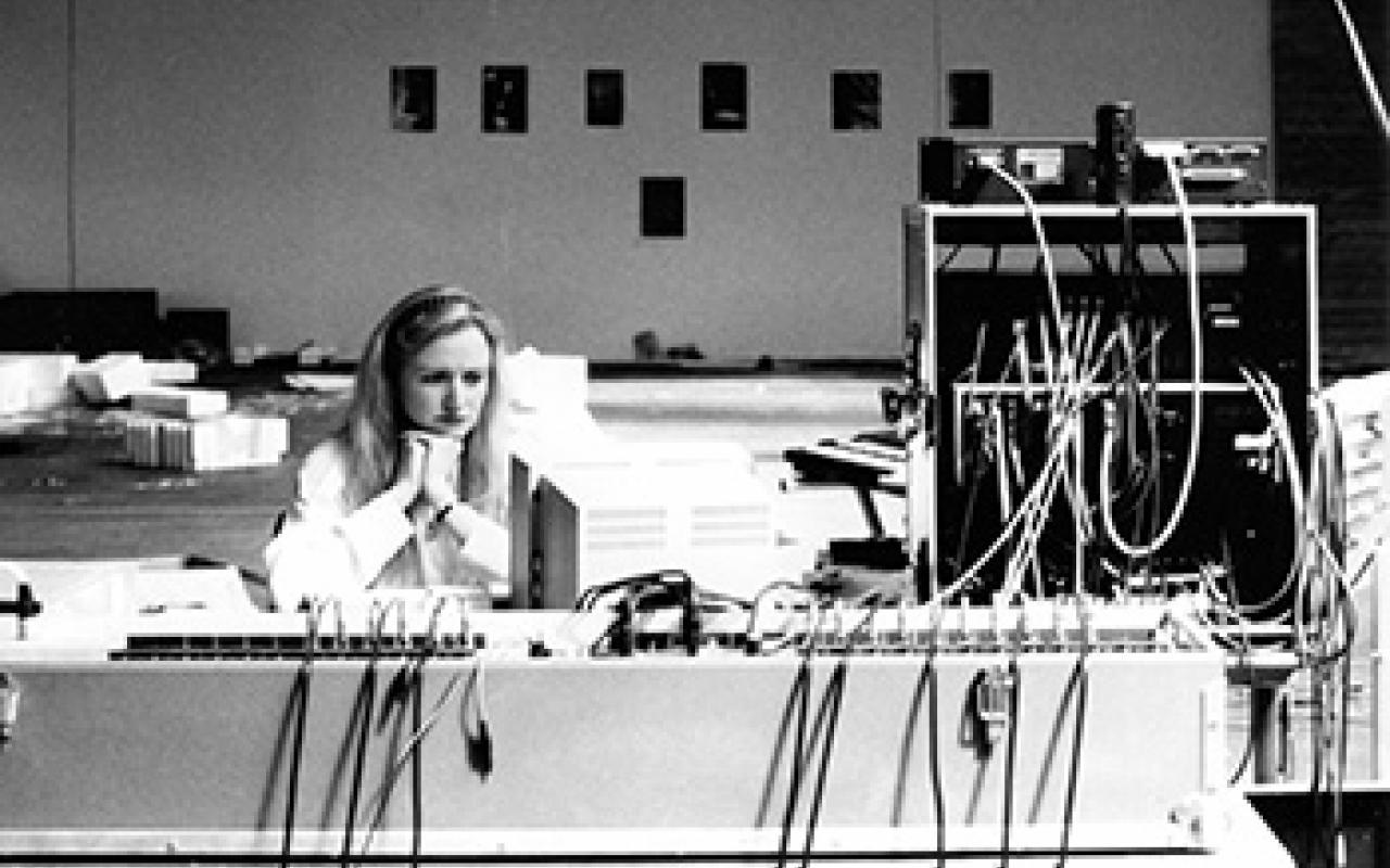 Schwarz-Weiß Foto von Sabine Schäfer, sie gedankenversunken am Mischpult.