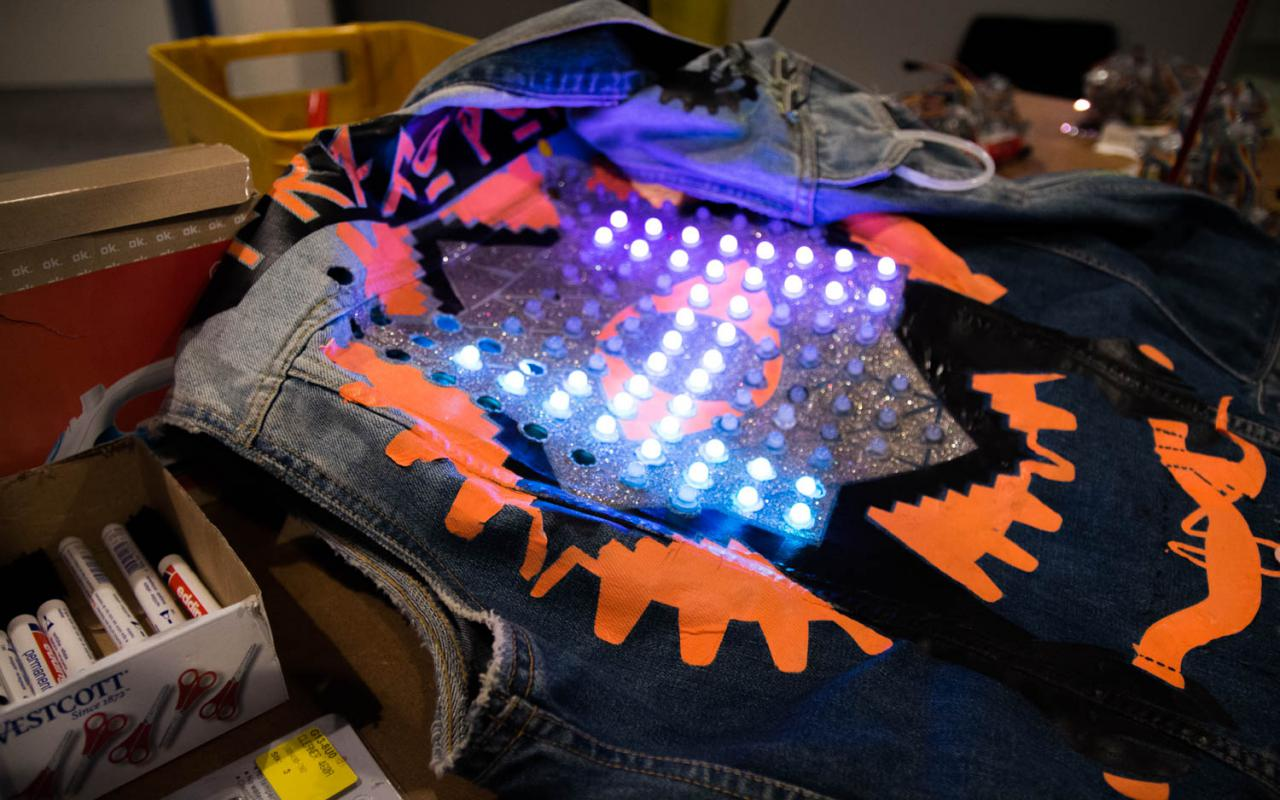 Jeans Kutte, auf einem Tisch liegend, wird bestückt mit LEDs