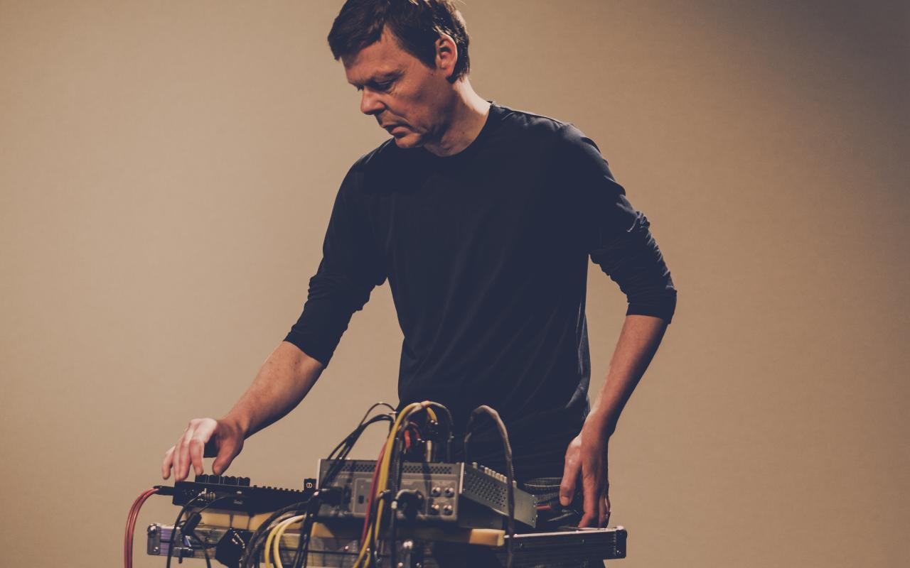 Das Foto zeigt den Ex-Kreidler Stefan Schneider vor einem Synthesizer