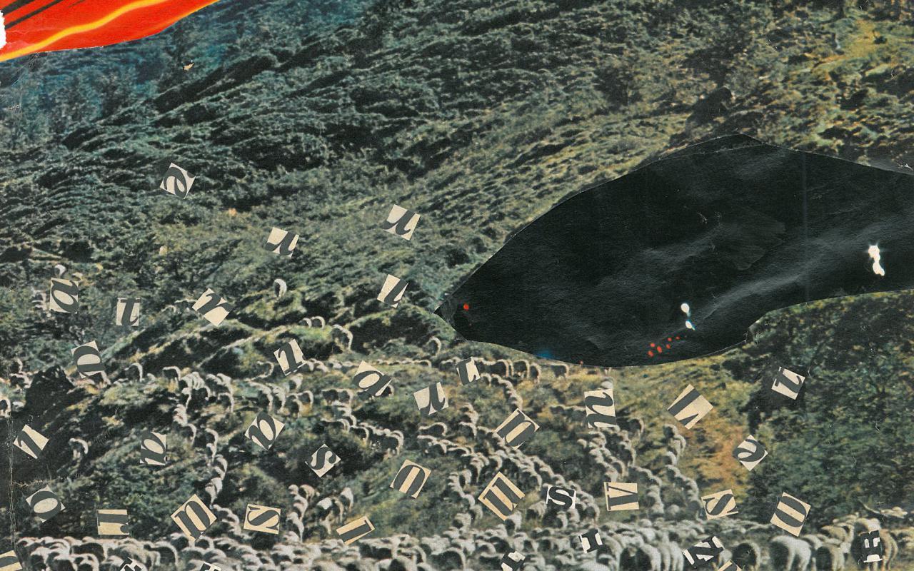 Eine Collage zeigt eine Schafherde an einem grünen Bergabhang unter einem roten Himmel. Überall bei den Schafen sind ausgeschnittene Buchstaben aus Zeitungen aufgeklebt.