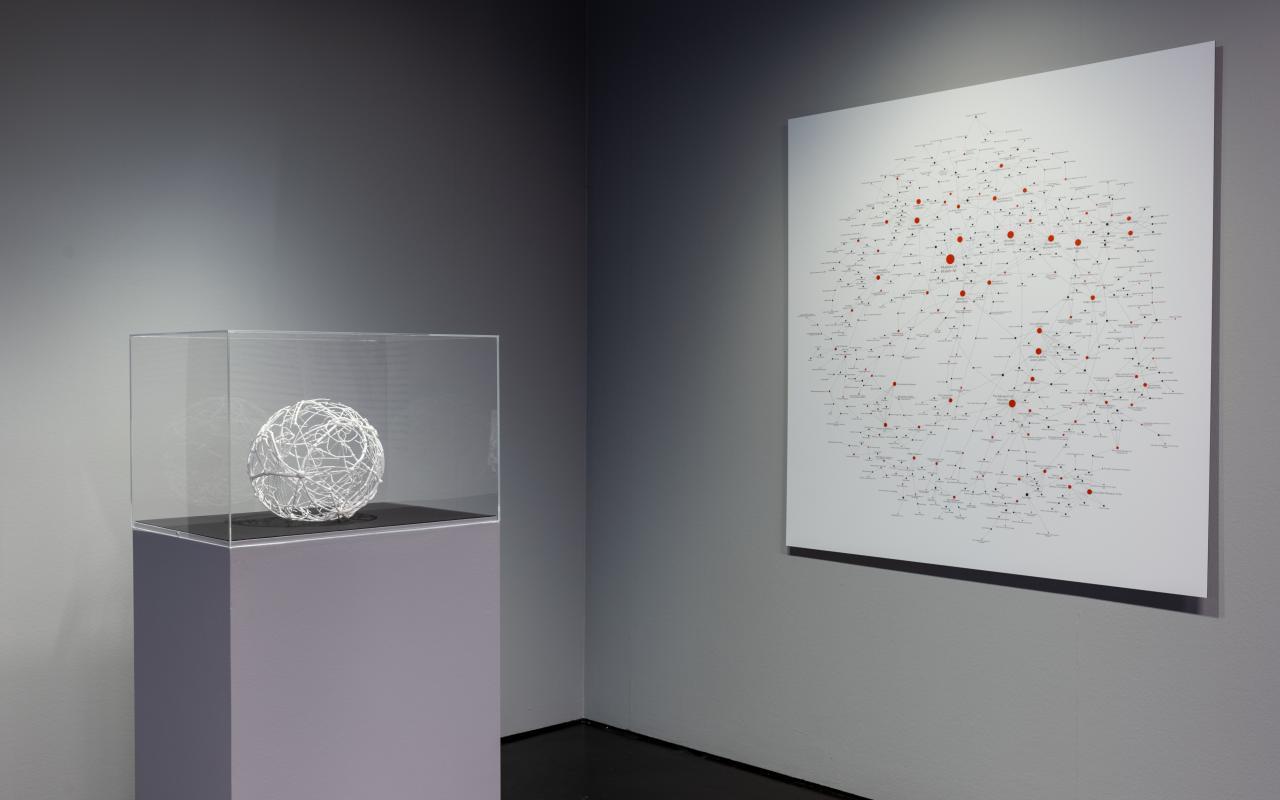 Ausstellungsansicht mit dem »Kunst-Vorstand-Netzwerk« als 3D-Modell und als Bild an der Wand.