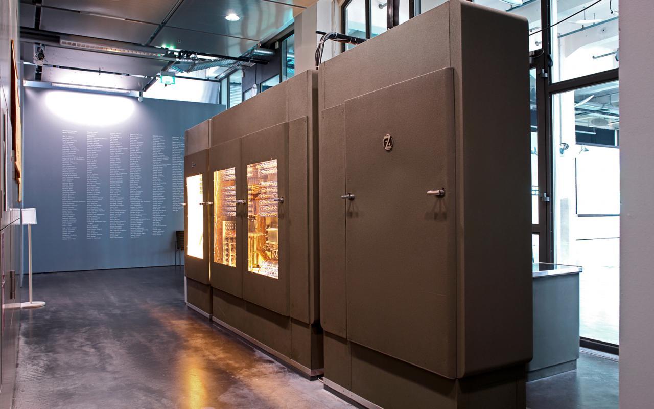 Der Computer von Konrad Zuse steht im Raum, ein großer Kasten mit Türen.
