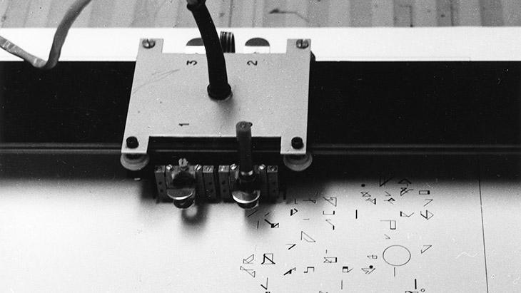 Eine Druckmaschine zeichnet kleine Symbole