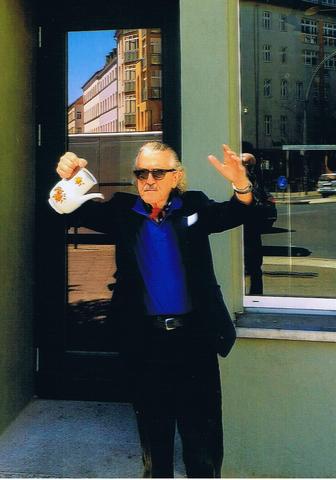 Zu sehen ist Dieter Meier mit einer Teekanne in der Hand