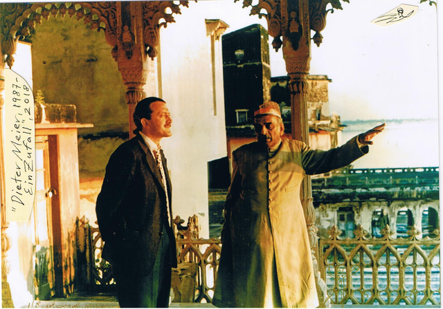 Zu sehen ist Dieter Meier neben einem Mann mit orientalischer Kopfbedeckung