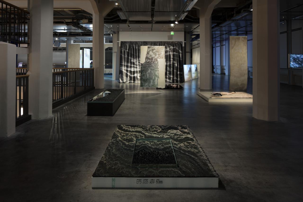 In der Ausstellungs »Hybrid Layers« sind verschiedene Kunstwerke zu sehen, die aus verschiedenen Materialien bestehen, zum Beispiel aus Murmeln.