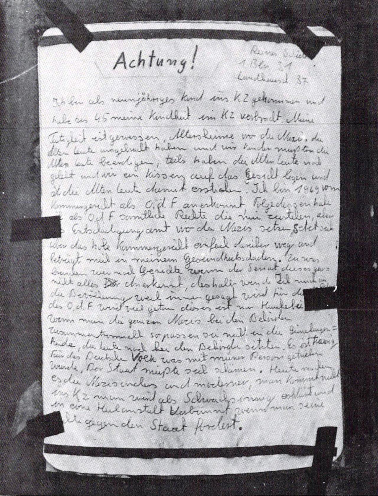 Handgeschriebener Zettel, der an einem Baum fixiert ist.