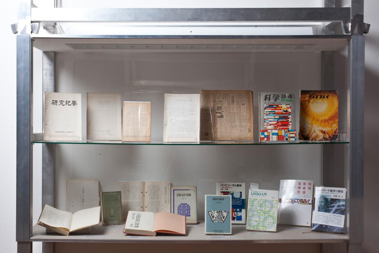 Blick in eine Vitrine mit Publikationen von Hiroshi Kawano.