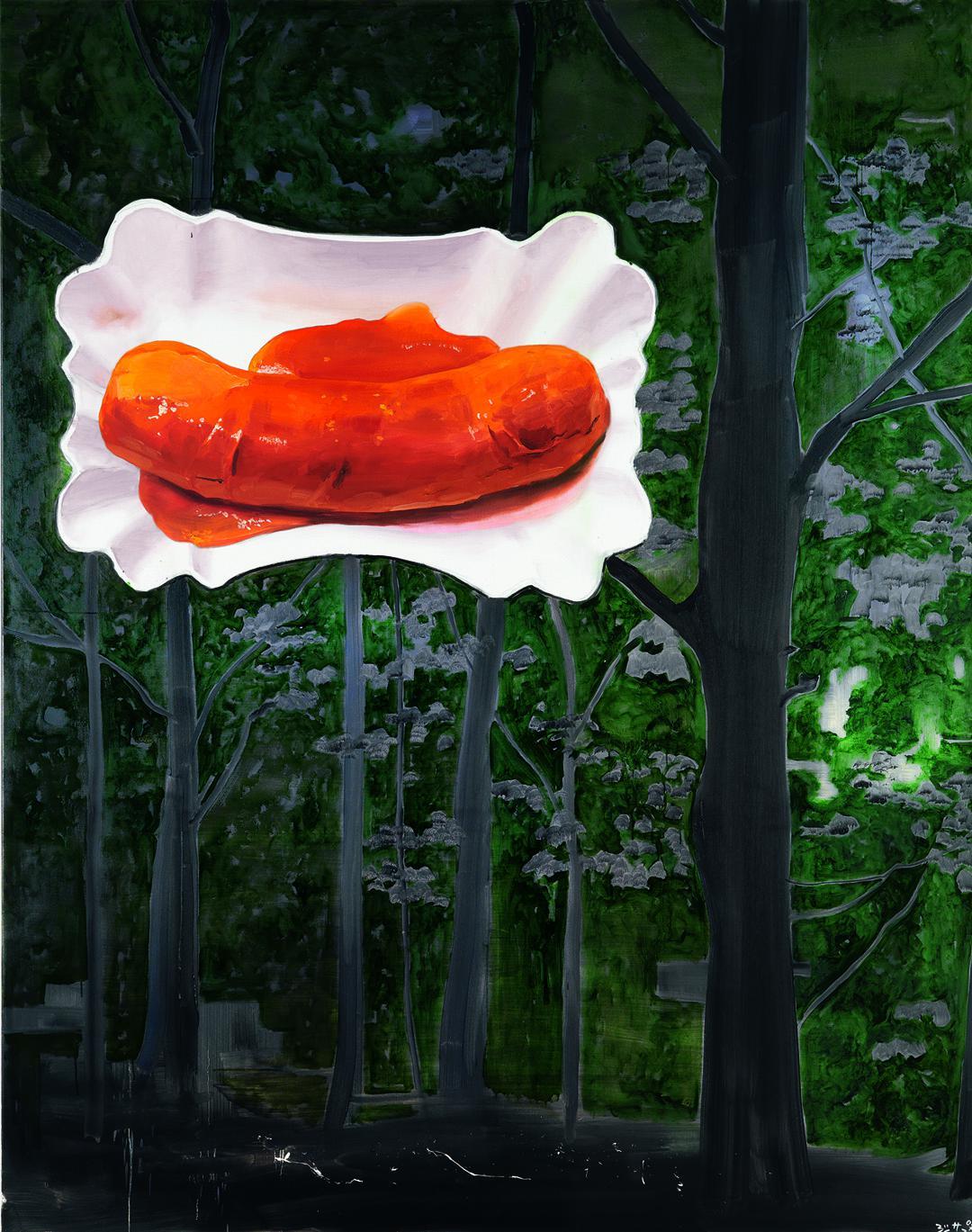 Eine Currywurst scheint in Baumkronen zu schweben.