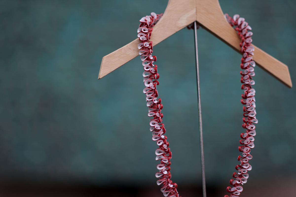 Eine Halskette auf einem Kleiderbügel