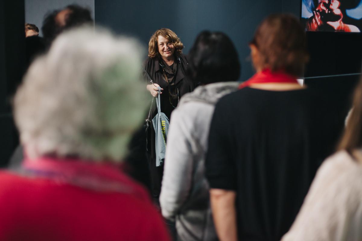 Eine Frau spricht vor Menschenmenge