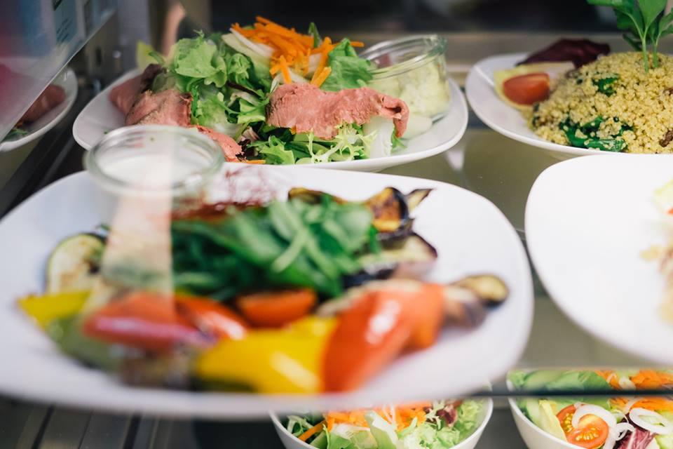 Teller mit verschiedenen Gerichten