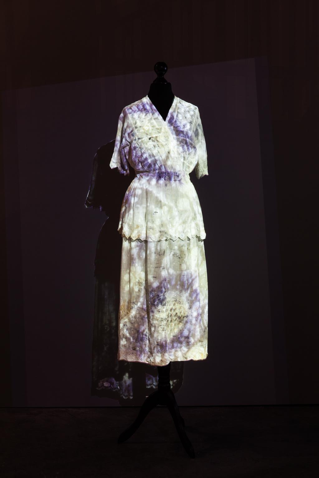 Projektion auf eine Kleiderpuppe, die Kleiderpuppe trägt ein weißes Kleid.