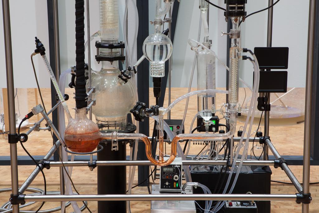 Laboratiger Versuchsaufbau innerhalb einer Stangenstruktur.