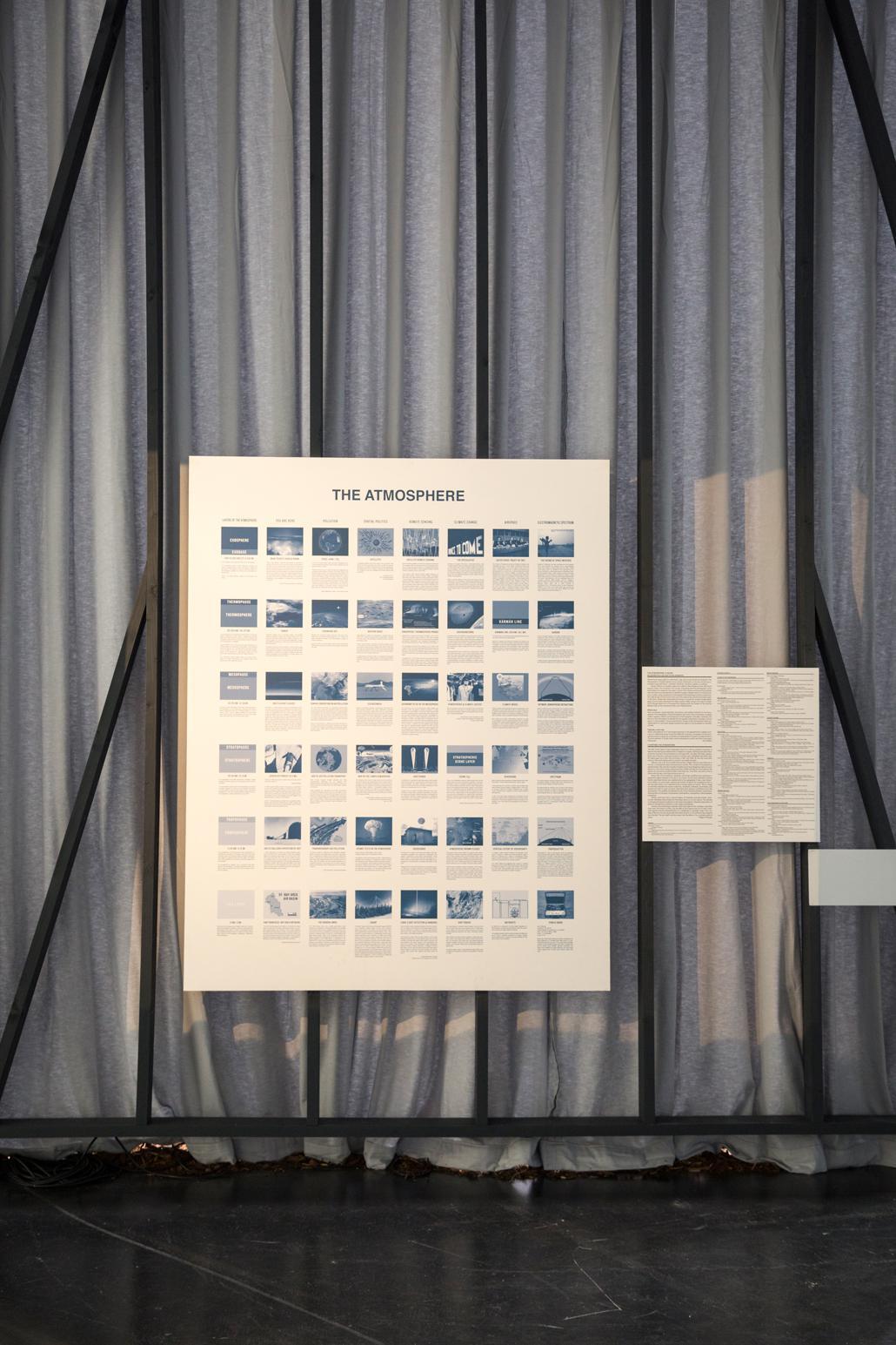 Eine mit kleinen Bildern bedruckte Platte