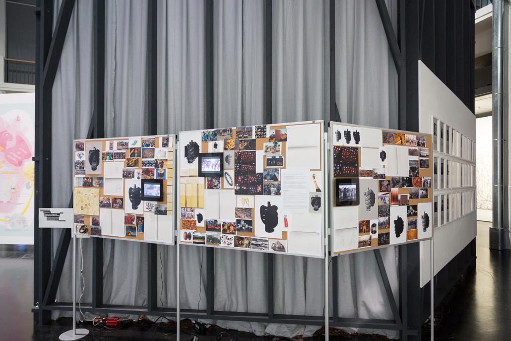 Eine Pinnwand mit verschiedenen Papieren