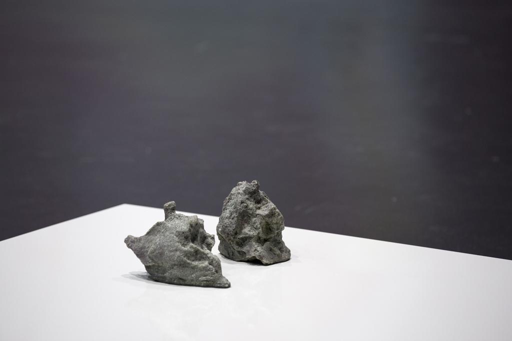 Ein weiße Platte, auf der zwei Steine liegen