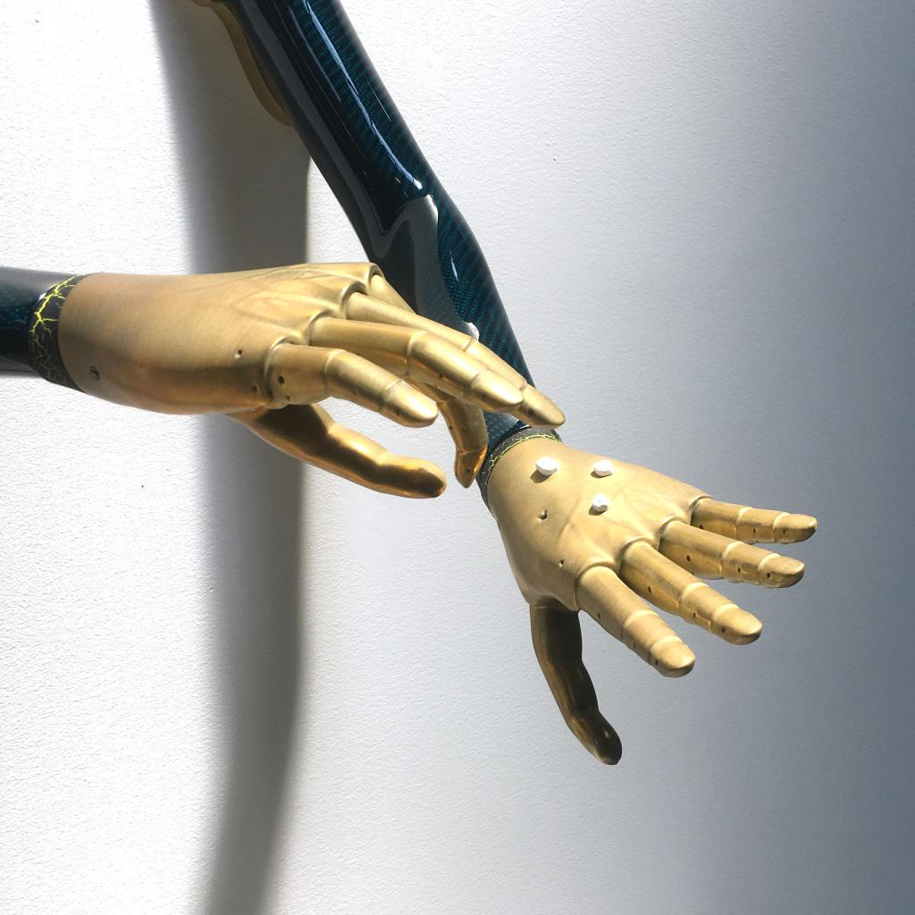 Das Bild zeigt feingliedrige Roboter Hände