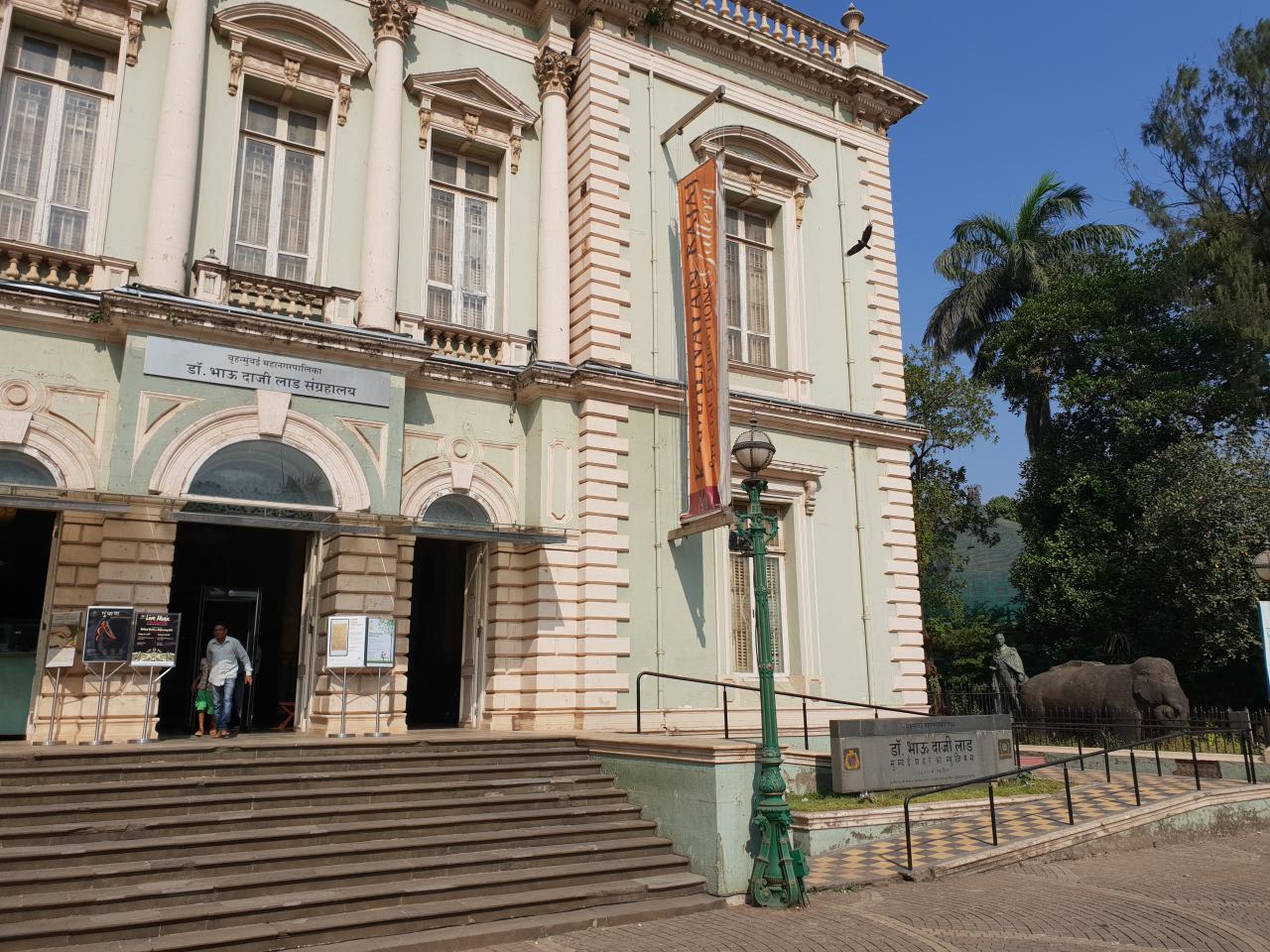 Das Foto zeigt den Eingang des Dr. Bhau Daji Lad Museums in Mumbai