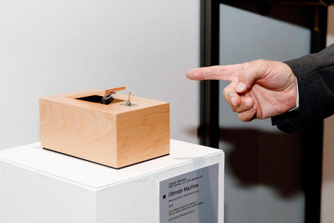 Blick in die Ausstellung »Kunst in Bewegung. 100 Meisterwerke mit und durch Medien«
